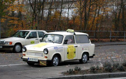 Taxi-Trabi und Mercedes 190